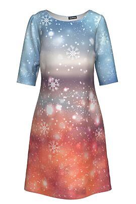 rochie Dames cu maneca trei sferturi imprimata de sarbatori in nuante de roz si bleo cu fulgi de zapada